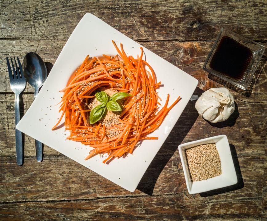 Rezept: Möhrenspaghetti mit Sesam-Basilikum-Sauce